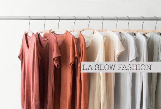 Portant avec vêtements représentant la slow fashion