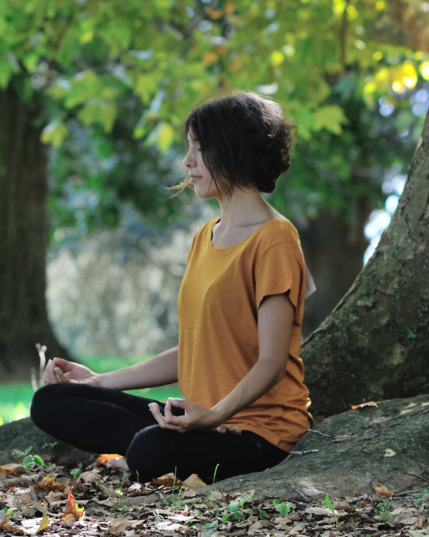T-Shirt à col torsadé en eucalyptus couleur ambre